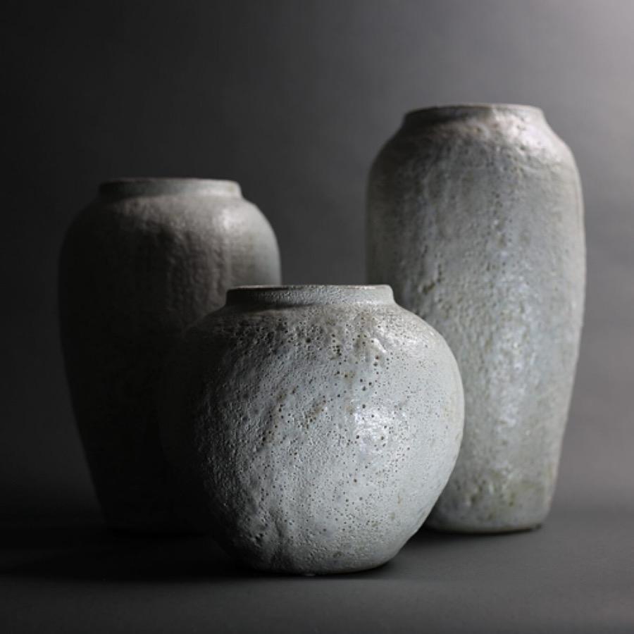 Argile Vase Tall. Handgjord vas av stengods i dov pistagefärgad nyans. Speciell teknik som skapat ett bubbligt och skört ytskikt som speglar ljuset på ett vackert sätt. The Arni Concept