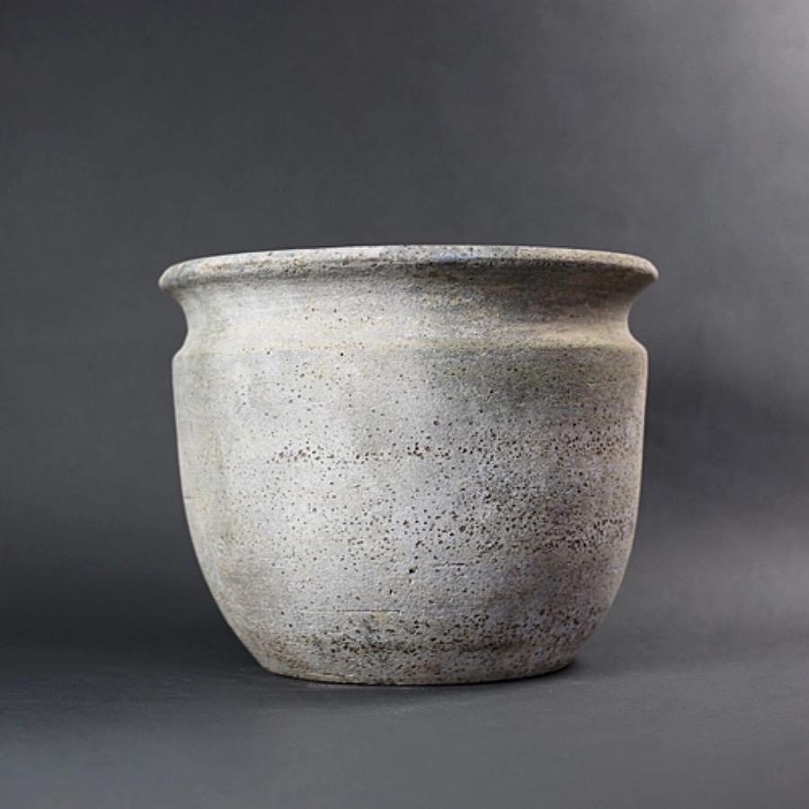 PotGoliat,36X29cm. Stor rå kruka i lera med reaktorglaserad finish. Frosttålig och kan användas för utomhusbruk. The Arni Concept