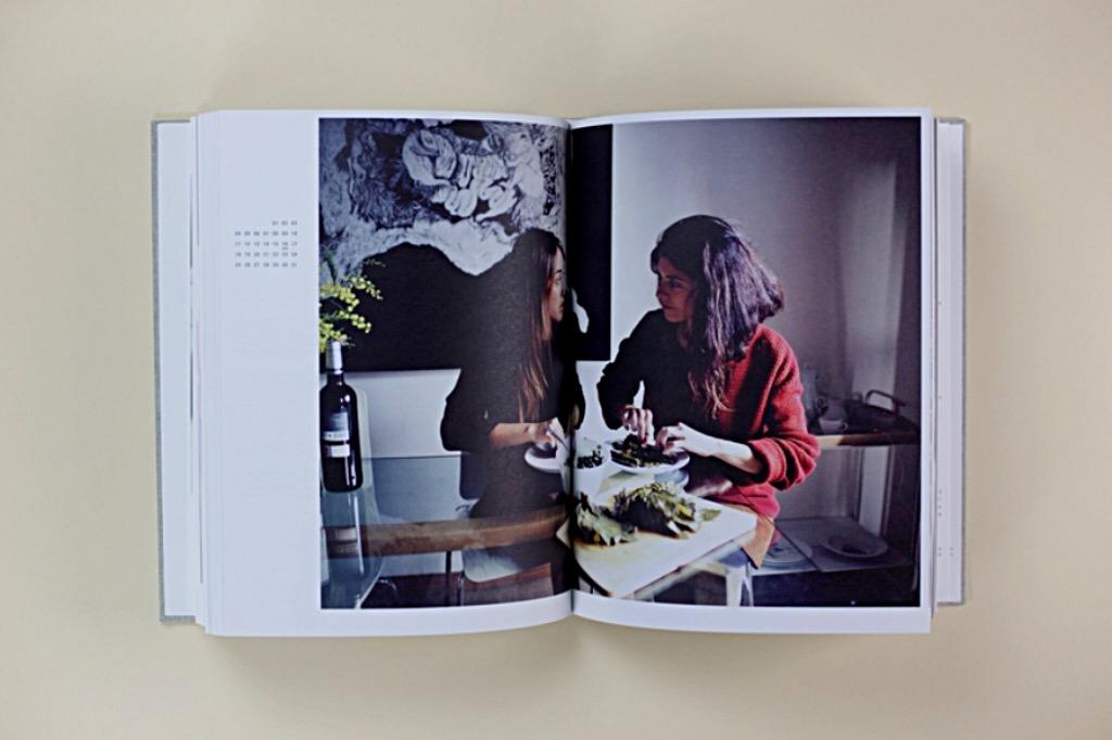 31 Days: A Veganuary Conversation. Ett firande av- och en konversation om veganismen; berättad, tillagad, fotograferad, improviserad, ritad och förundrad över., Författare Nina Borke i måtten 278 x 21