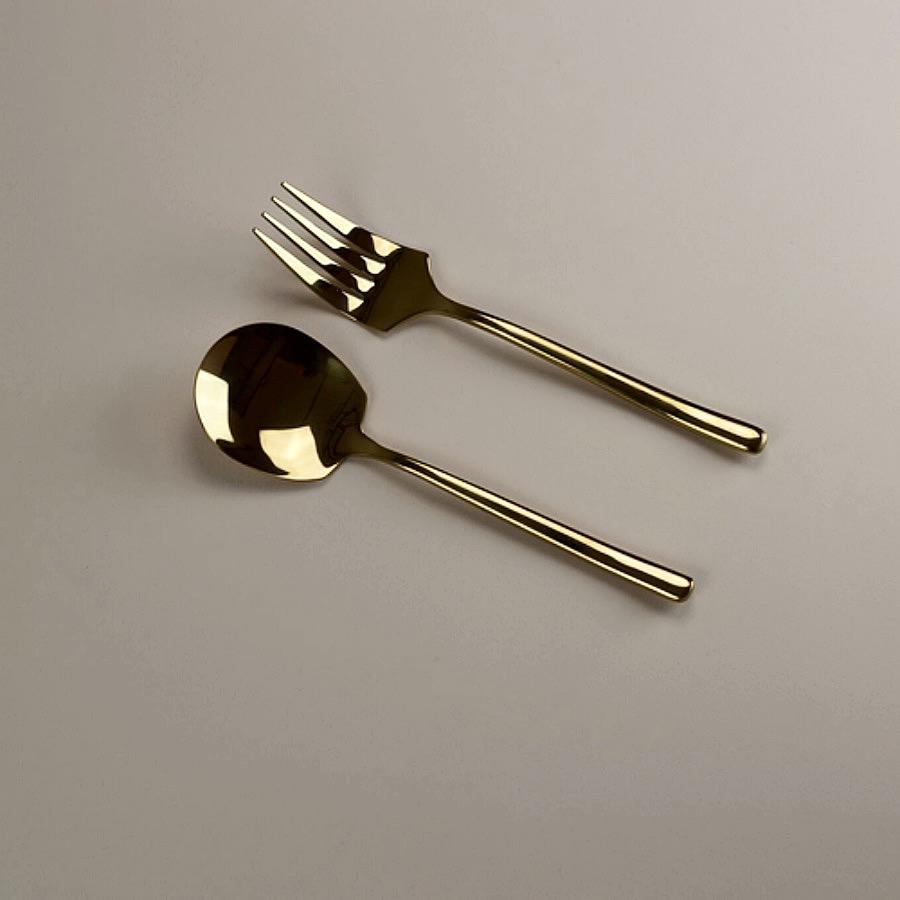 Baskari Aurum Serving Cutlery Set. Formgivna i en perfekt balans mellan tyngd och design. Mässingsfärgade serveringsbestick i spegelblankt rostfritt stål. The Arni Concept