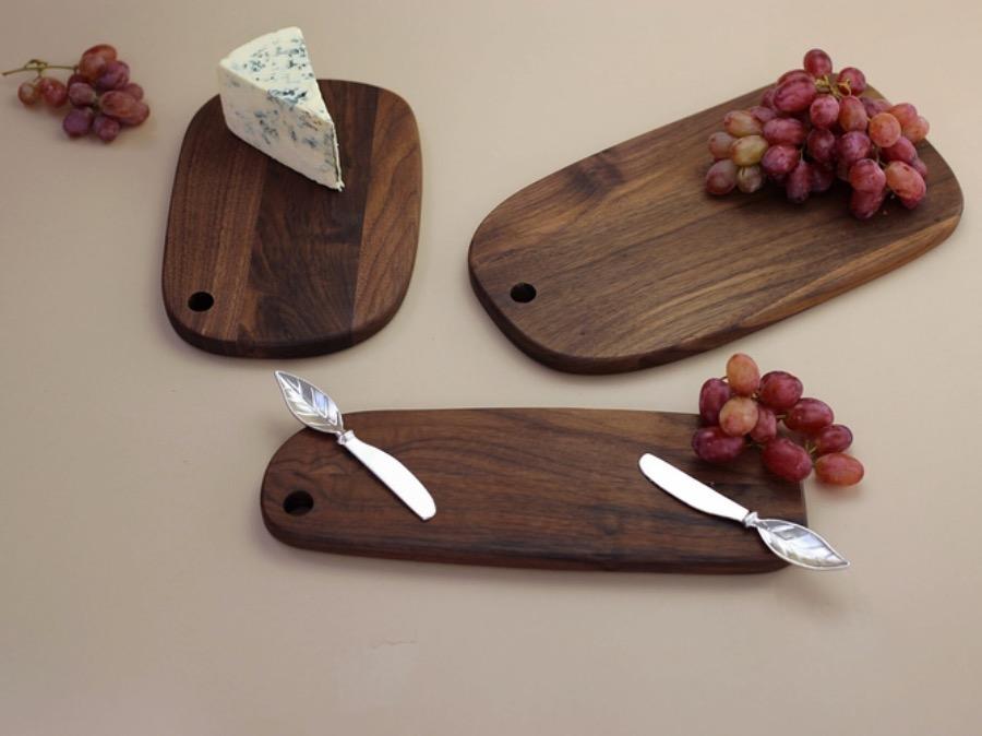 Walnut Seving Board,Large. Skärbräda av valnöt. Ett exklusivt material som kännetecknas på sin tydliga och levande ådring samt djupa färg. Serveringsbricka från The Arni Concept.
