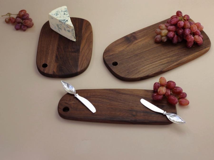 Walnut Seving Board,Smal. Skärbräda av valnöt. Ett exklusivt material som kännetecknas på sin tydliga och levande ådring samt djupa färg. Serveringsbricka från The Arni Concept.