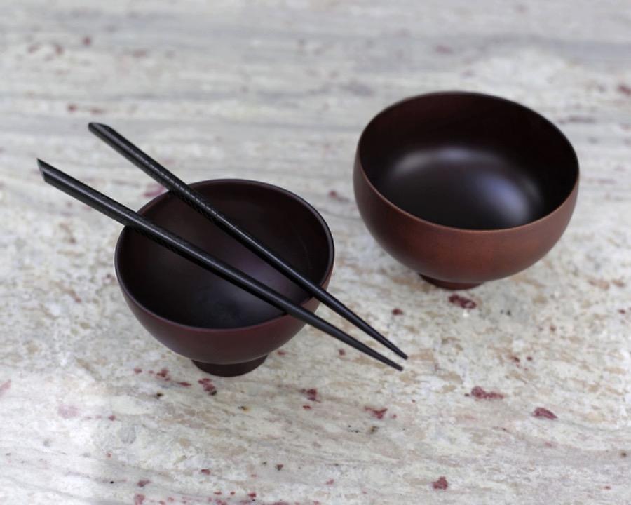 Chopstick - Black Herringbone X2. Mörka chopsticks av trä med fåror som skapar vackert fiskbensmönster. The Arni Concept.