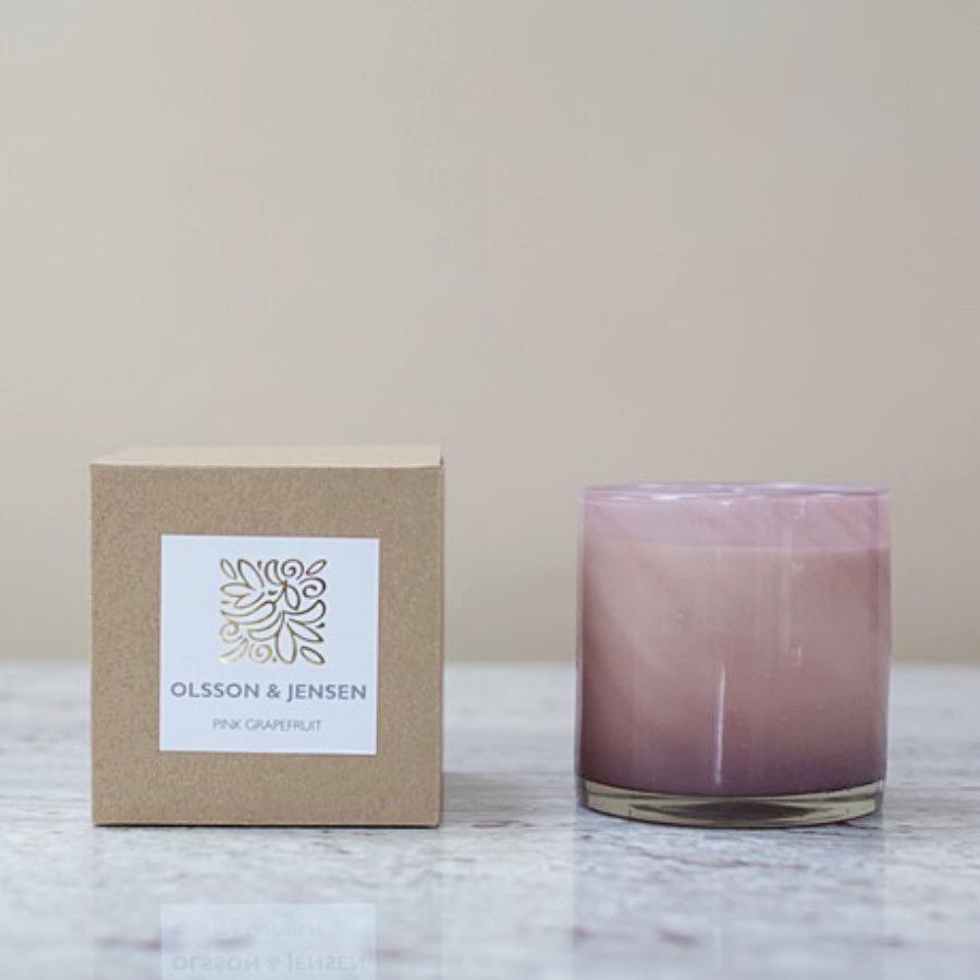 Dofta, Pink Grapefruit. Doftljus av sojavax med dubbla vekar. Vackert glas med rosa färgskiftningar. Doftar uppfriskande av grapefrukt. H10xD10 cm. The Arni Concept
