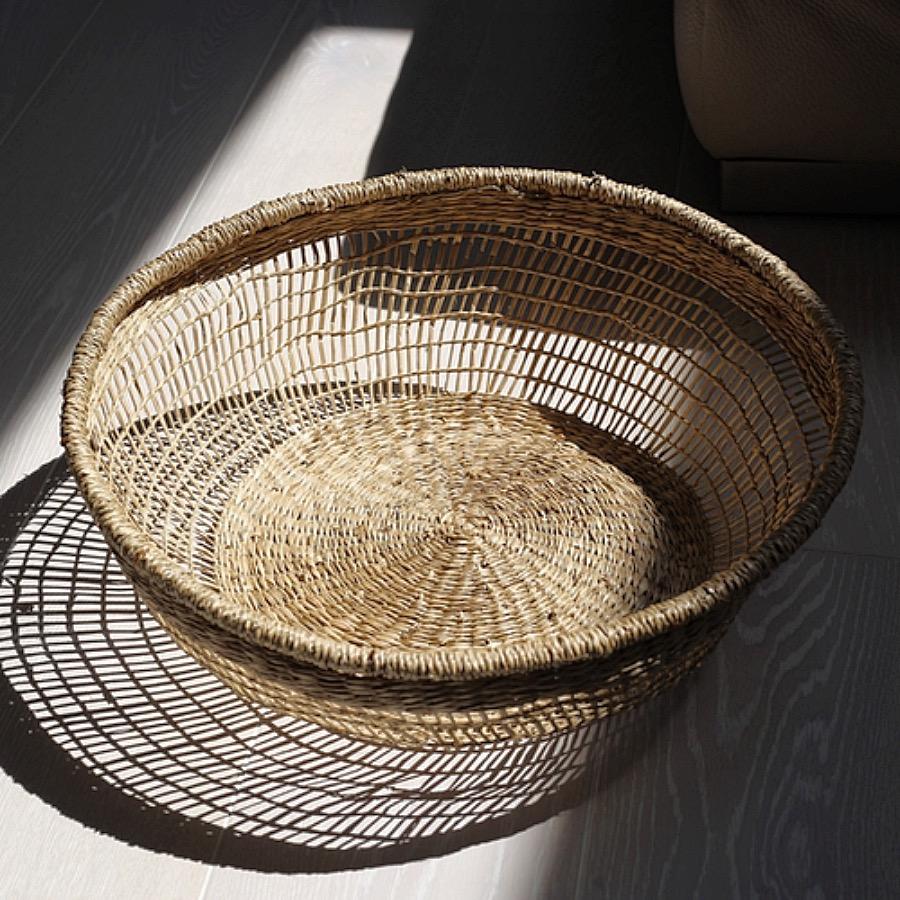 Basquet,Seagrass XL. Stor korg av sjögräs i vävd design.  Snygg bredvid soffan och är även utmärkt att servera eller förvara exempelvis bröd.