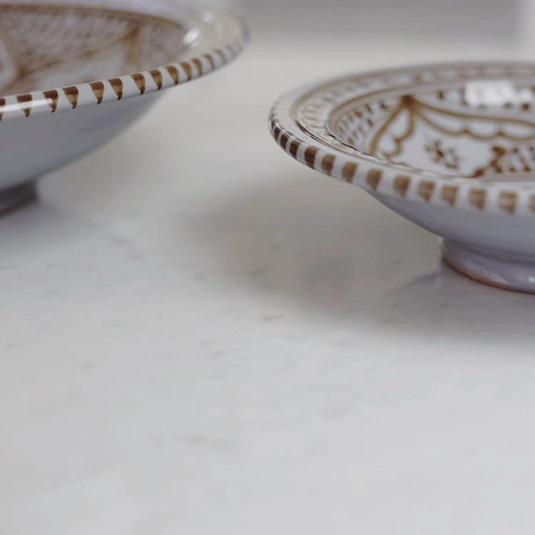 """""""Souk"""" Bowl, 22 cm. Handgjord skål gjord av ljust grå keramik. Det vackra mönstret går i brunt."""