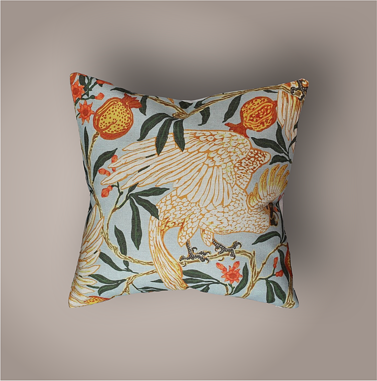 Golden Parrot ur - Linen Bird Collection. Kuddfodral från The Arni Concept. Motiv: Papegojor bland blommande trädtoppar.Linne - 45 X 45 cm.