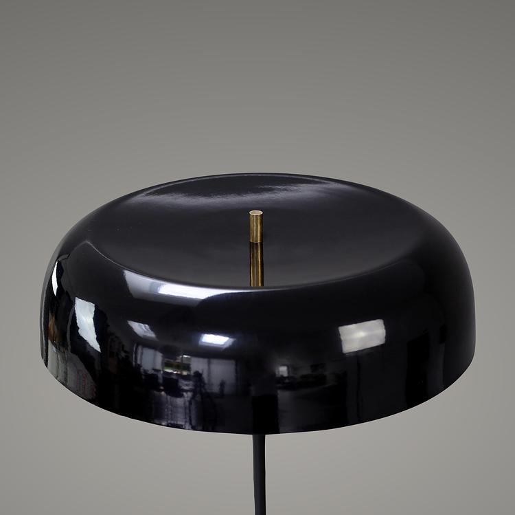 Svampen Bordslampa, Svart. Svart metallskärm och mässingsfärgade detaljer.  H 53 cm  D 42 cm. The Arni Concnept