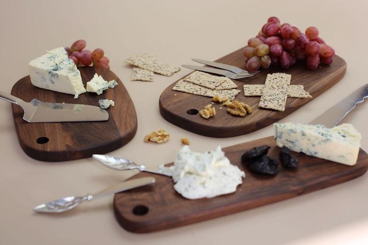 Cheese serving set. Spegelblankt serveringsset i rostfritt stål. Både kniven och tårtspaden har en tandad sida vilket gör denna duo utmärkt för servering. The Arni Concept.