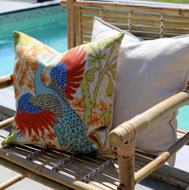 45X45 cm. Peacock Paon ur - Linen Bird- Collection. Poserande påfågel i glänta.Exklusiv linnekudde från The Arni Concept.