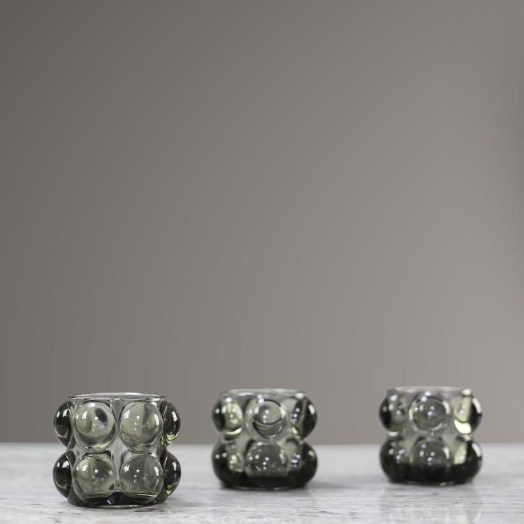 Ljuslykta Bubbla, Grå. Bubblig ljuslykta med rökigt grått glas. Olsson & Jensen , SA010322 , Mått  H 7 cm  D 8,5 cm. The Arni Concept