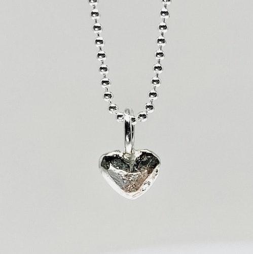 Tiny MAJA hjärta berlock
