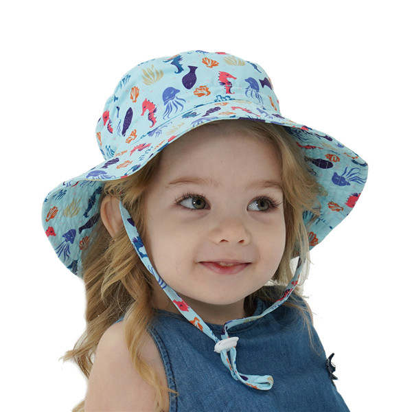 Barn med solhatt från lugnaforaldrar.se