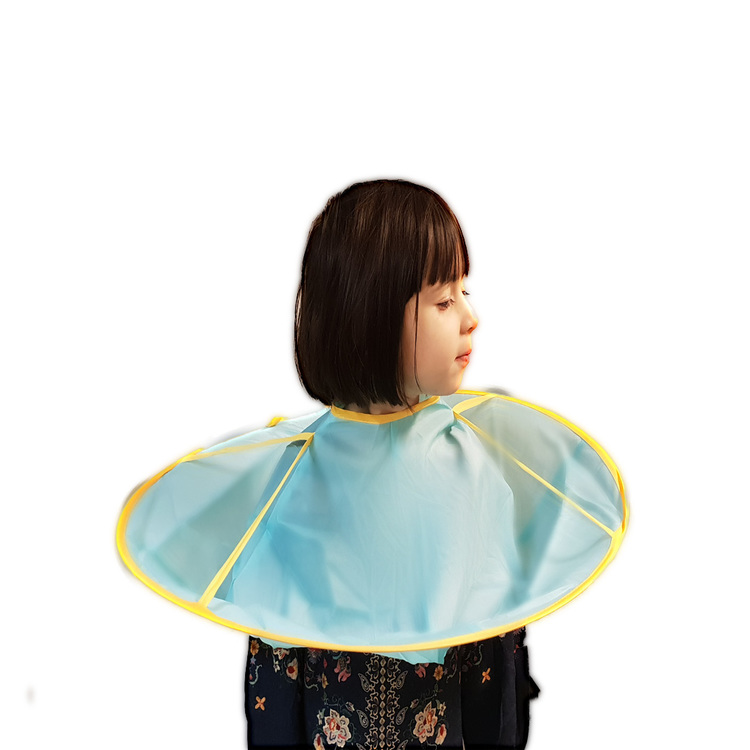 Frisörkappa med uppsamlare på ett barn
