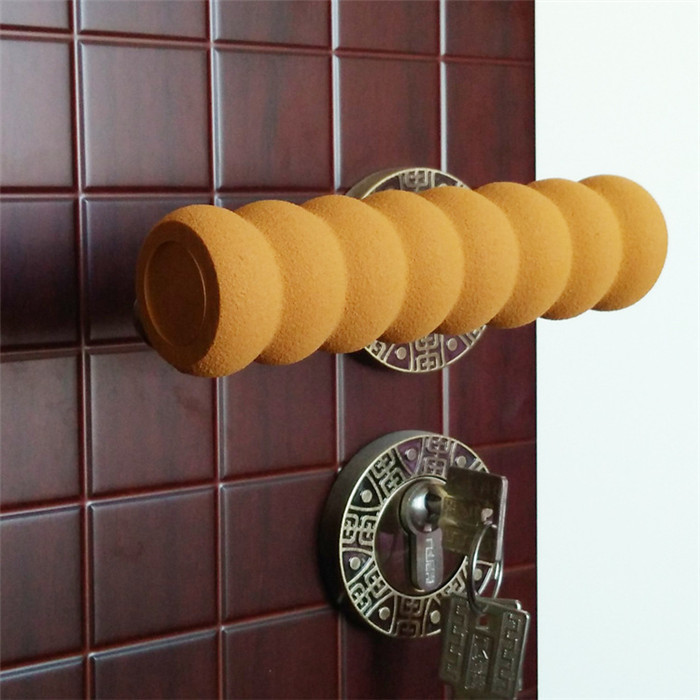 Brunt skydd till dörrhandtag monterat på ett handtag