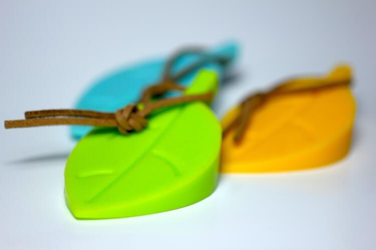 Gul, grönt och orange dörrstopp i form av löv