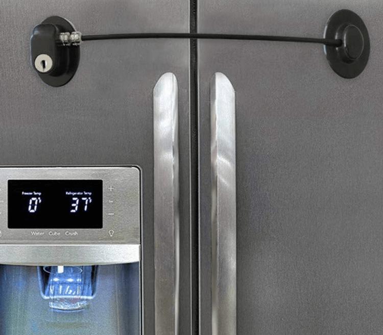 Barnlås med nyckellås monterat på rostfritt kylskåp
