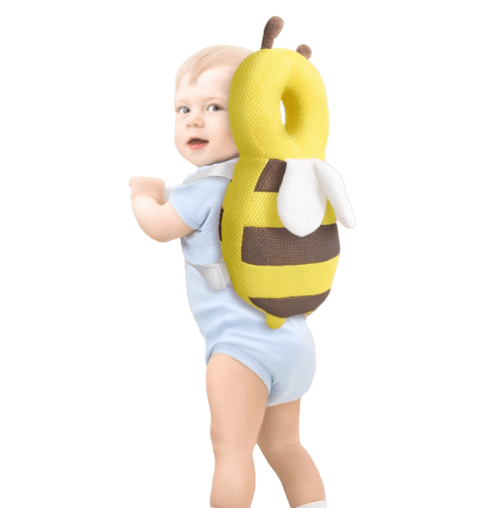 Ett barn som bär ett huvudskydd i form av en geting för att dämpa fall bakåt
