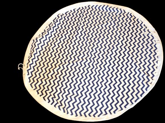 Rund lekmatta med förvaring i färgen vit med blått sick-sack mönster