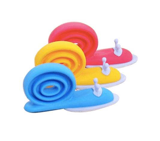 Klämskydd till dörr i form av färgglada sniglar