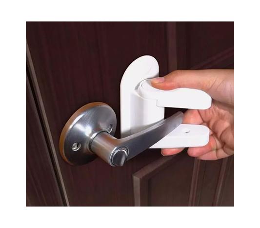 Barnlås till dörrhandtag i färgen vit som är monterat på en dörr