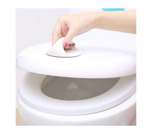 Stort självhäftande handtag monterat på ett toalettlock