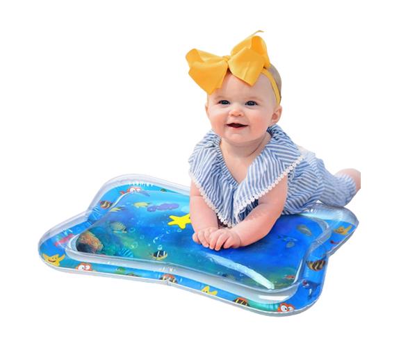 Baby som leker med en lekmatta för baby från lugna föräldrar