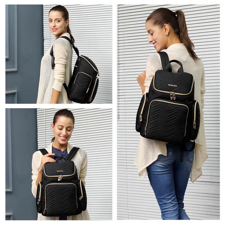 Bild på kvinna som bär en svart skötväska som ryggsäck i olika vinklar