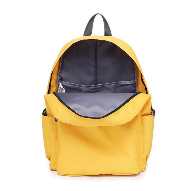 Bild på skötväskan Molly öppnad i färgen gul