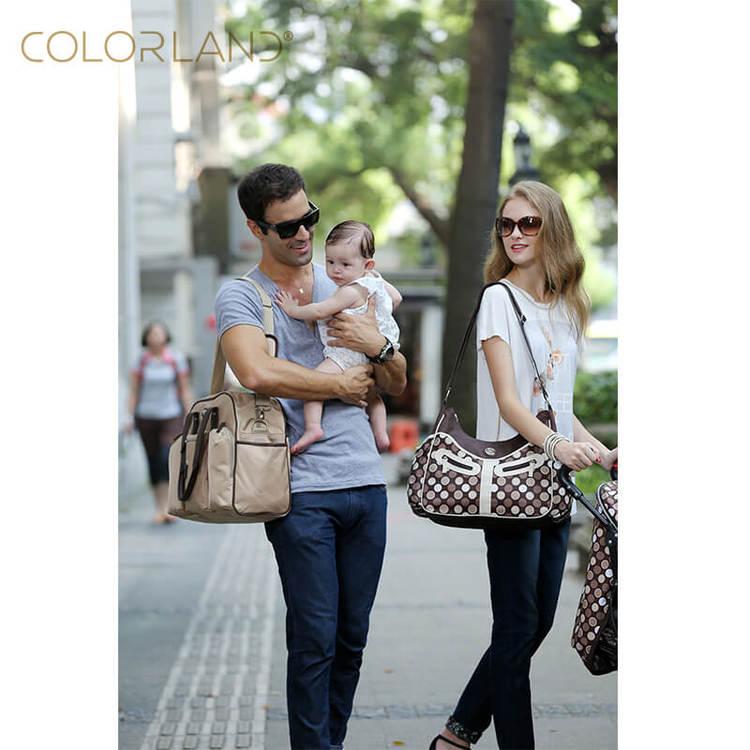 Familj ute på promenad med skötväska från Lugna Föräldrar