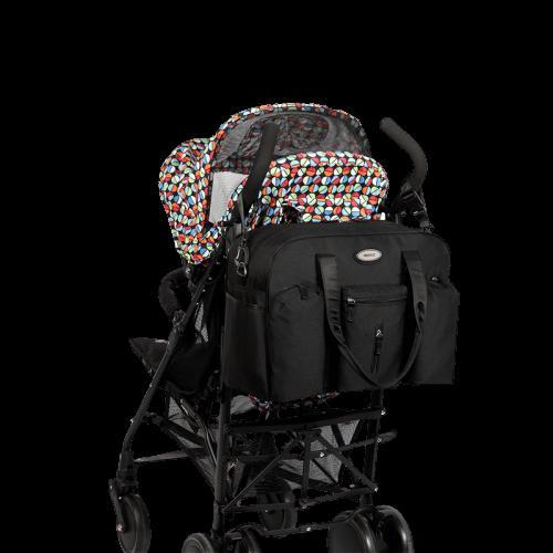 Svarta skötbagen hängandes på en barnvagn