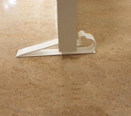 Vitt dörrstopp monterat på golvet