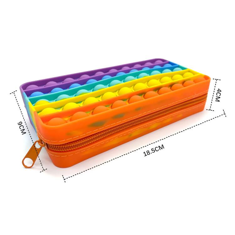 mått på Pop it pennskrin som är regnbågsfärgad