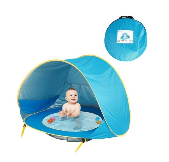Bebis som svalkar sig i ett blått UV-Tält med inbyggd pool från Lugna Föräldrar