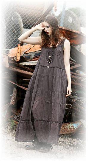 Vacker maxiklänning i siden/bomullsblandning. Finns i 2 färger