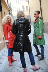 Ösregn regnkappa i svart eller rött