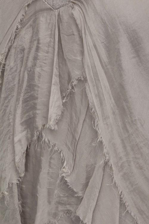 Underbar sidenklänning med volanger