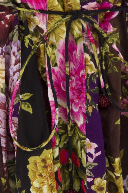 Blommig klänning, med många fina detaljer
