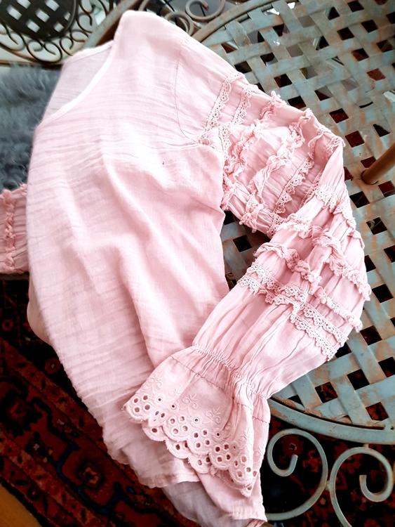 Blus i bomullsvoile, puderrosa eller vit