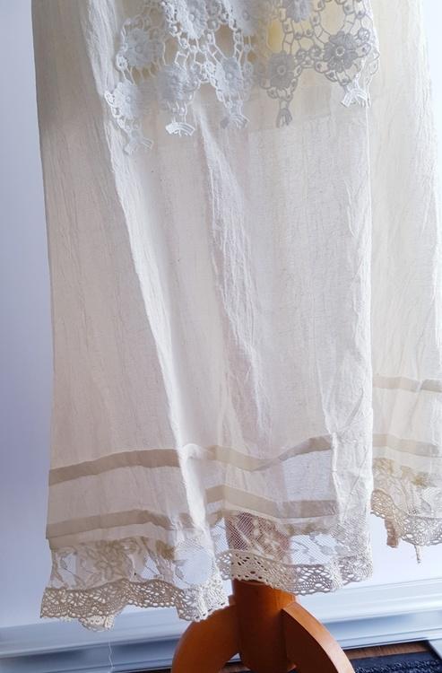 Unik klänning från Kailash, med fina spetsdetaljer och singoallaringning