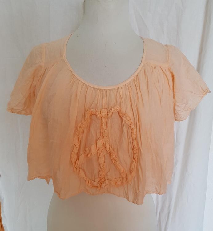 Härligt tunt plagg, i mild aprikosfärg. One size By Faith