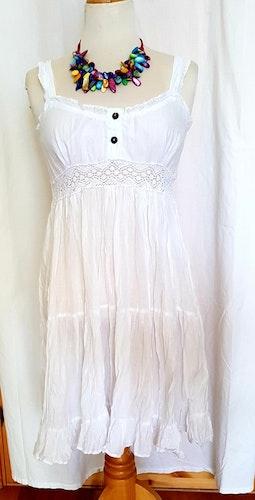 Vit klänning i tunn bomullsvoile' från Faith