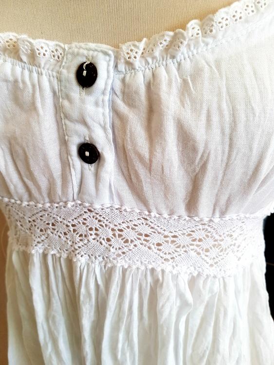 Vit klänning i tunn bomullsvoile' , från Faith