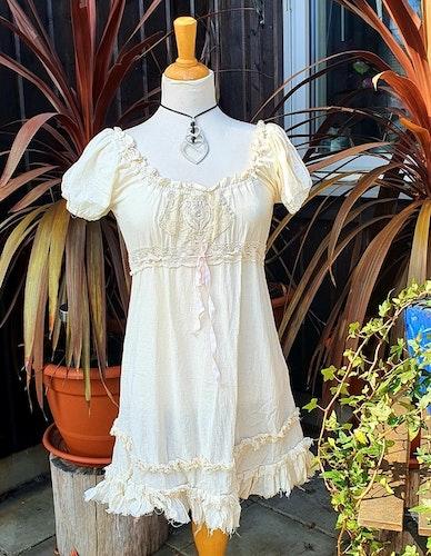 Kailash singoalla klänning, med spetsdetaljer och knyt under byst
