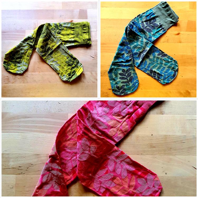 Färgglada knästrumpor från Gudrun Sjöden, finns i 3 färger
