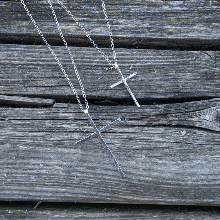 REA Halsband Stort Kors Återvunnet Silver, Prover