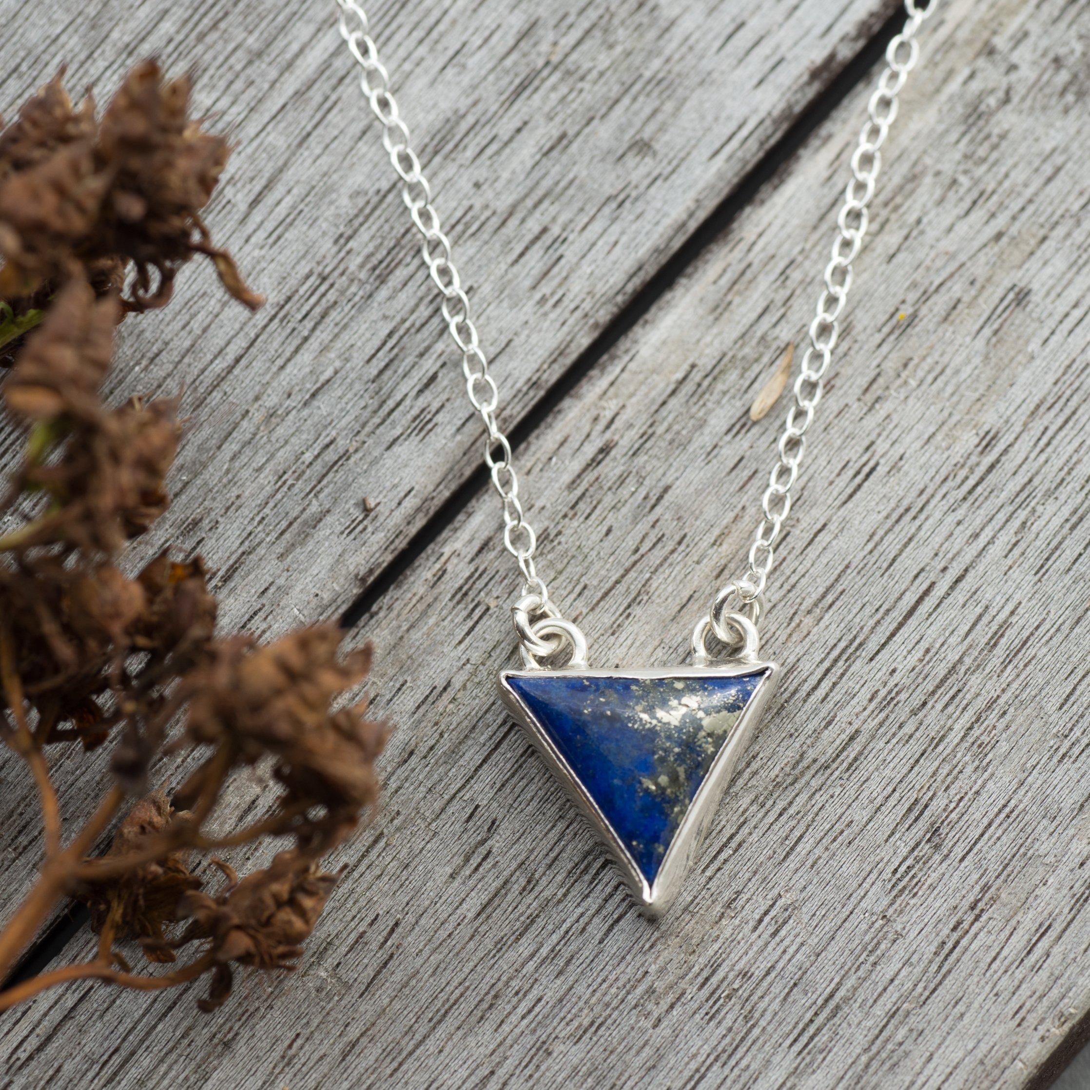 Trinity - Litet Halsband med trekantig Lapis Lazuli