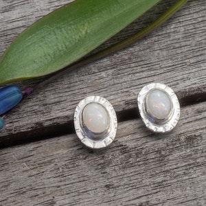 Stråla - Örhängen med Opaler i Sterling Silver