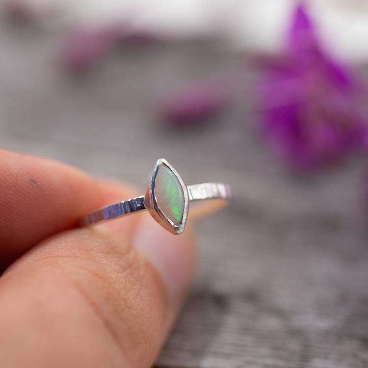 Ring med Återvunnen Opal Navett-form