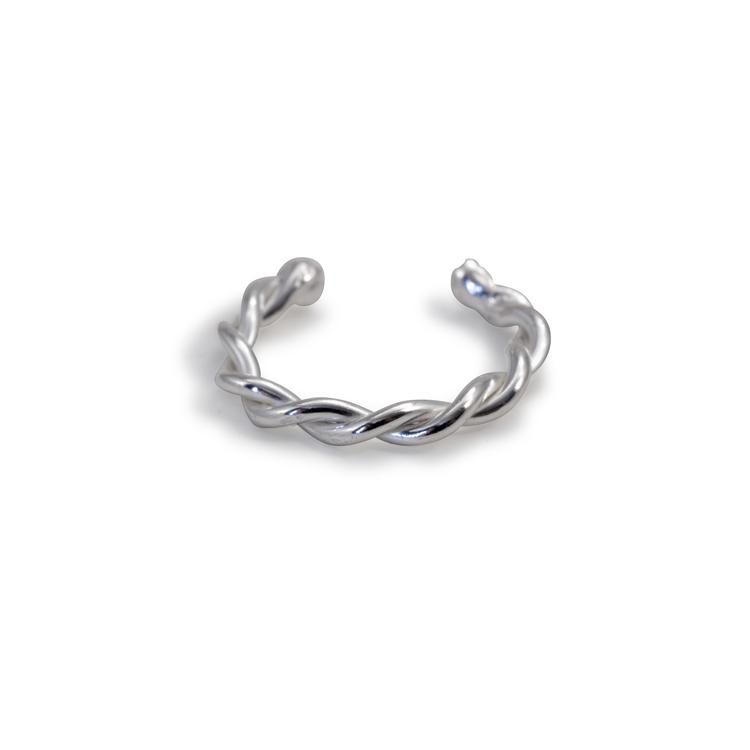 Handgjort örhänge utan hål. Återvunnet silver.